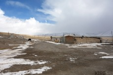 Kara Say control point , With our backs to the checkpoint (fotographs forbiden, we look at the route that should take us to Ak-Shirak,