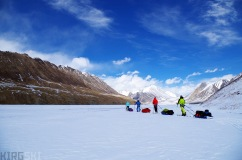 Vallon de Kara-Say, Kirghizstan. Avec plus de 250 kg de matériel et de nourriture, on doit tous tracter notre part de la charge