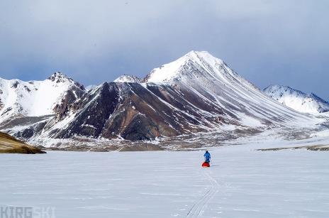 Vallon de Kara-Say, Kirghizstan. Au fond du vallon on peut voir un embranchement, à gauche c'est le glacier de Kara-Say Nord, en face, le glacier de Kara-Say Sud.