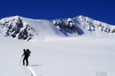 As we climb up we see multiple rests of spontaneous avalanches which do not quieten our fears.