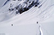 As we go up the valley we see several avalanches come down in the nort-west faces. We keep our distance and keep going.