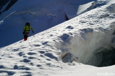V. goes round one of the massive crevasses.