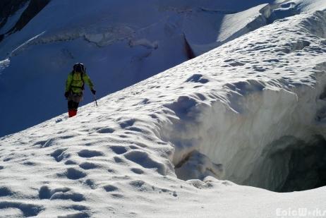 V. goes round one of the massive crevasses.